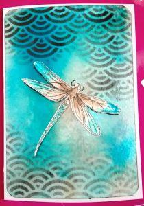 Carte scrap libellule tampon en relief pochoir et encres memento